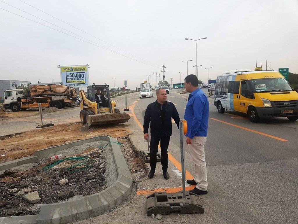 תומר גלאם ומישל ברק בתחילת העבודות להקמת הרמזור, צילום: דוברות עיריית אשקלון