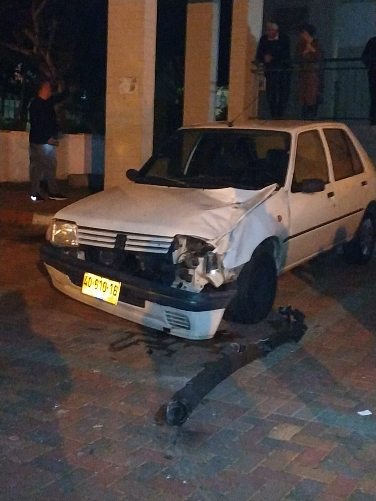 הלך הרכב? רסיס נפל על רכב בעיר. צילום: אלי קליין סוגרים שבוע