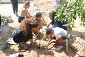בני הנוער המתנדבים בגינה הקהילתית