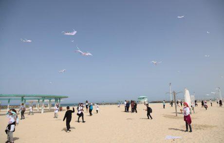 מאות עפיפונים עם מילים טובות צבעו את השמיים בחוף הים באשקלון