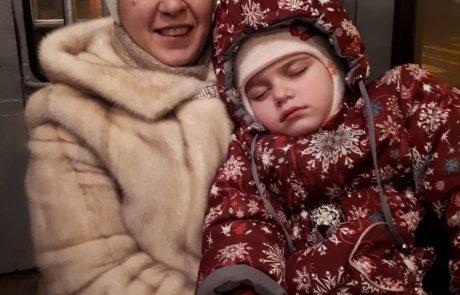 צפו במפגש המרגש – הילדה אמילי חזרה היום הביתה לאחר שקיבלה היתר לצאת מרוסיה