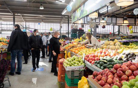 ראש העיר בסיור בשוק העירוני שנפתח מחדש הבוקר: ״כדי שנזכה לפעילות ממושכת בשוק העירוני, לכו להתחסן והקפידו על ההנחיות״