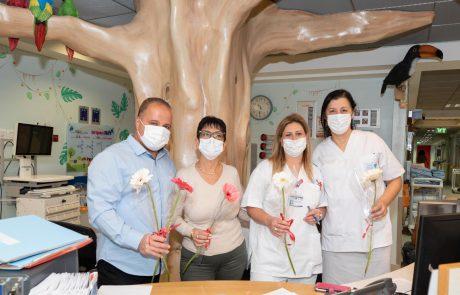 באהבה לעובדות הרפואה: ראש העיר חילק הבוקר פרחים לרופאות ואחיות במרכז הרפואי 'ברזילי'