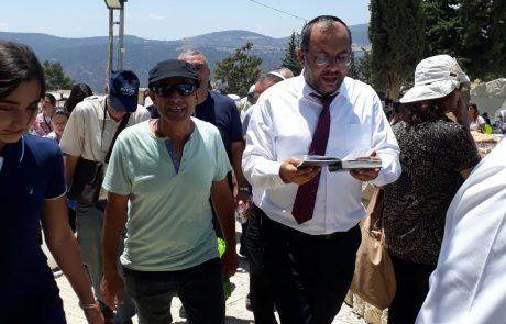 """הרב אביטן עם תושבי אשקלון בסיור בקברות צדיקים בצפון לכבוד הילולת האר""""יזל"""