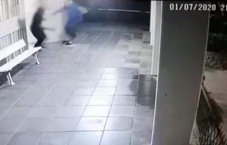 צפו 📹: עבריינים מגיעים לבניין מגורים באשקלון ותוקפים קשיש