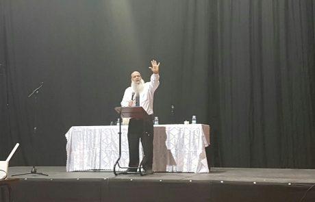 """אמש בהיכל הספורט: למעלה מאלף משתתפים בשיעור תורה מפי הרב יגאל כהן שליט""""א"""